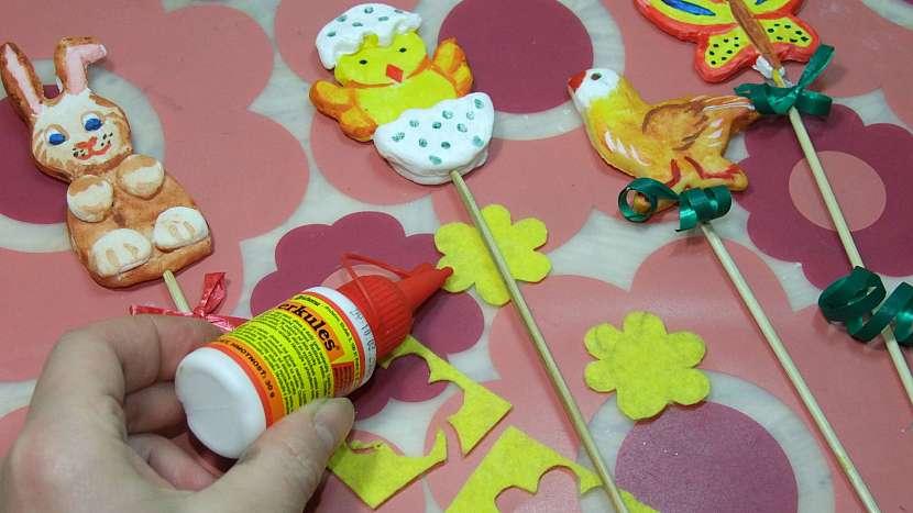 Velikonoční zapichovátka do květináčů: modelitové ozdoby napíchneme na špejle