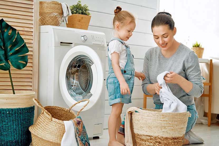 Třídění prádla s holčičkou