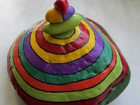 """Malovaný kruhový oblázek s elegantní """"bambulkou"""" z drobných kamínků (Zdroj: Ivona Konečná)"""
