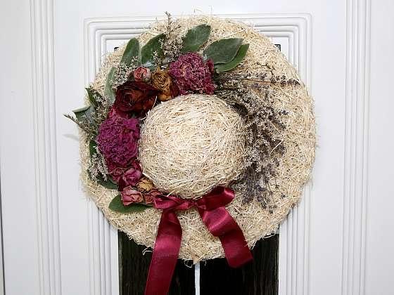 Ozdobný klobouk bude na vchodových dveřích originální dekorací (Zdroj: Archiv FTV Prima, se svolením FTV Prima)