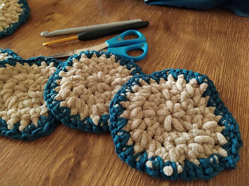 Hotové uháčkované tampony jsou na dotyk velmi příjemné, protože jsou vyrobeny z měkoučké vlny