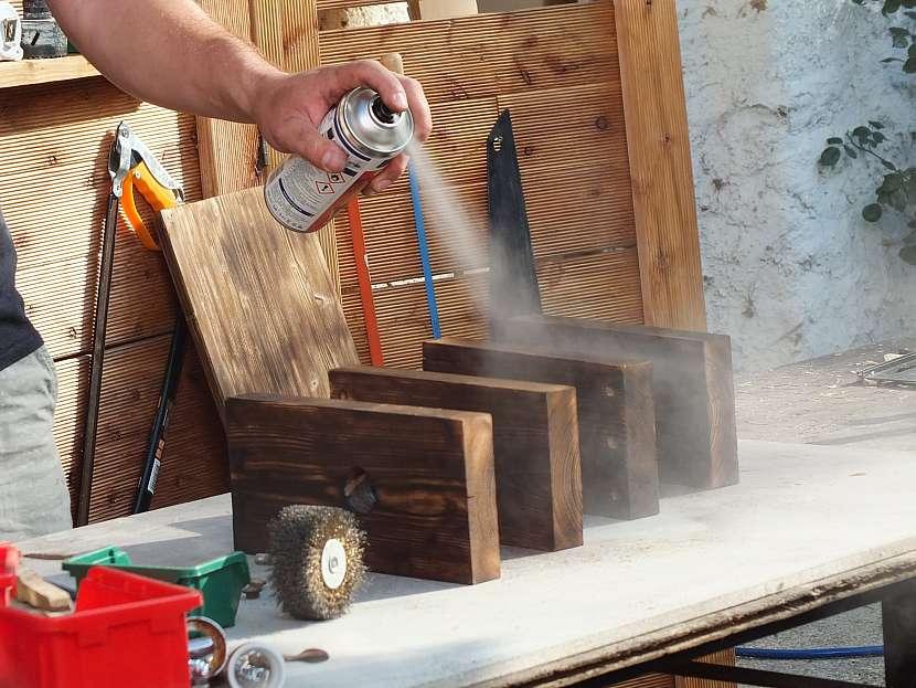 Stojánek na víno: odrásané části povrchově upravíme lakem ve spreji