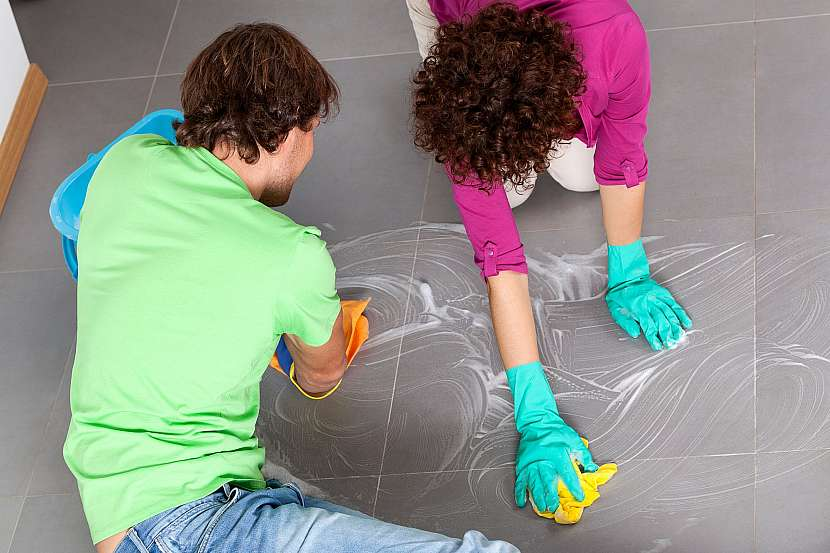 Čistění dlažby v kuchyni