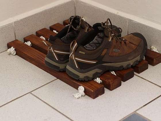 Boty si můžete odložit na originální dřevěnou rohožku (Zdroj: Prima DOMA)