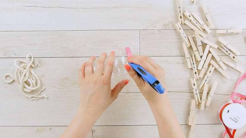 Jak vyrobit zásobník na kolíčky z plastové lahve 2