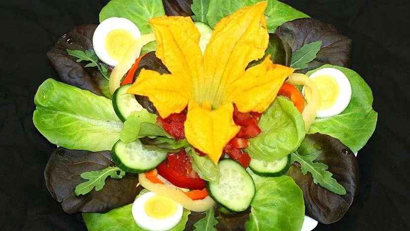 Sezona cuket: čerstvé květy jako atraktivní ozdoba letních salátů