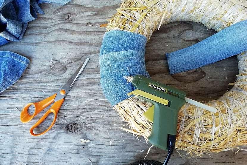 Věnec ze starých džínů a svetrů: omotejte věnec