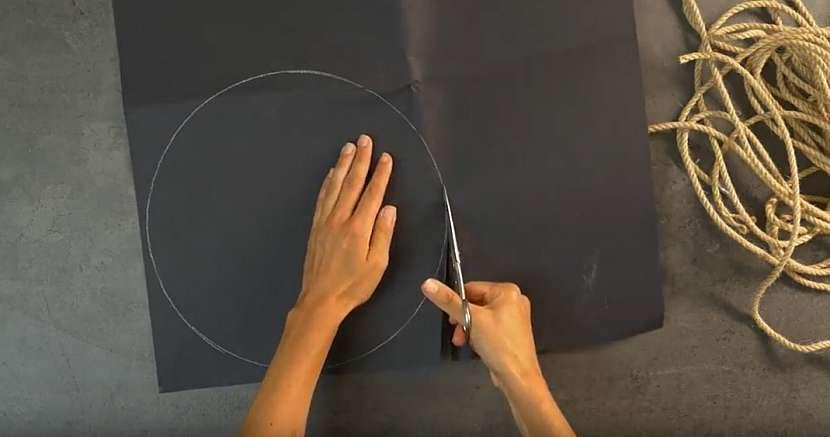 Kruhové prostírání z lněného lanka: obkreslete šablonu