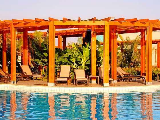 Zastínění zahradního bazénu může být vkusným doplňkem (Zdroj: Depositphotos.com)