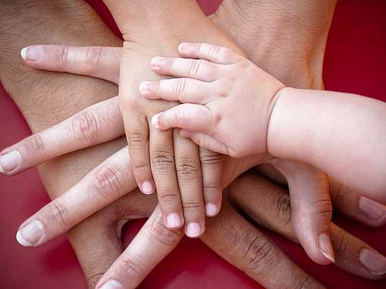 Prstové hry a říkanky s pojené s točením posilují něžná rodinná pouta a jsou často důmyslnými masážemi prstů i dlaní dětí (Zdroj: Depositphotos)
