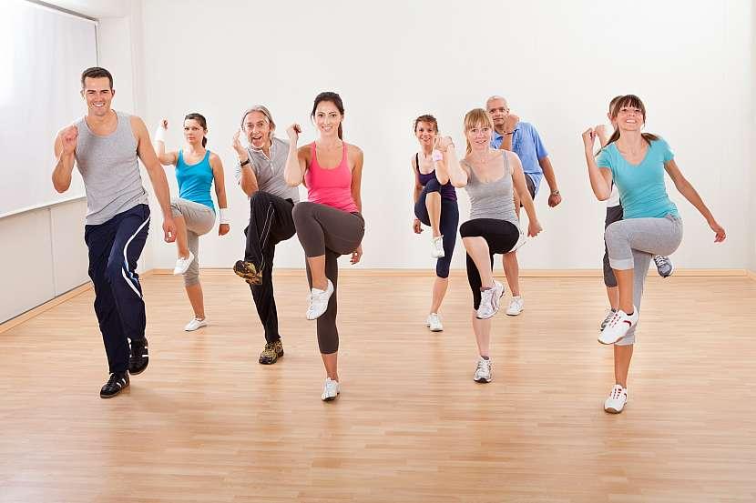 Muži a ženy cvičí aerobik
