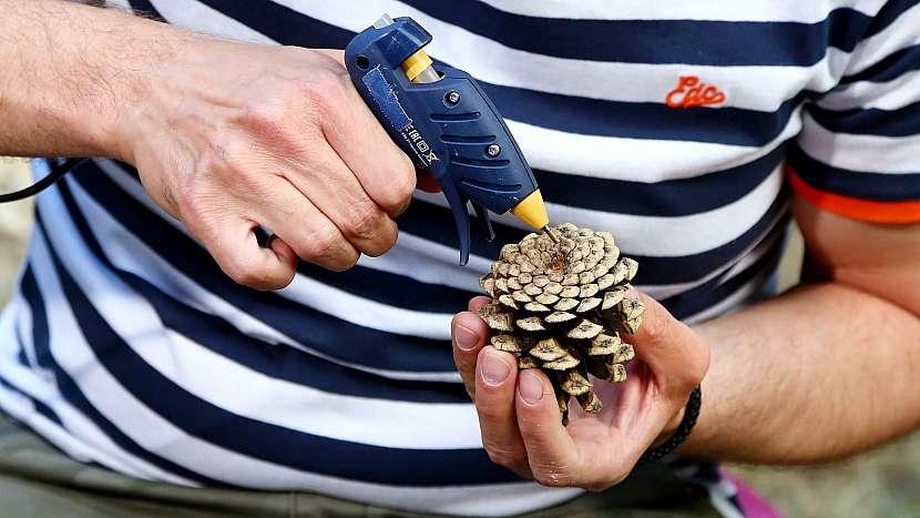 Barevná kytice z šišek: do šišky přilepíme špejli