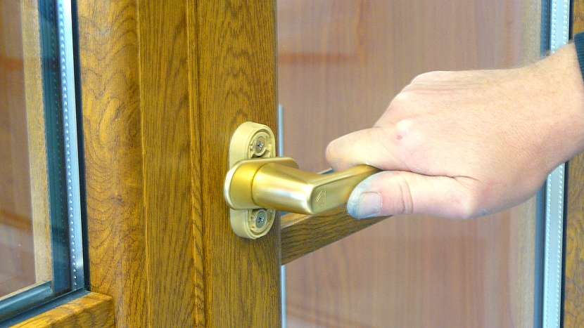 Výměna okenní kličky: otočení kličky do vodorovné polohy