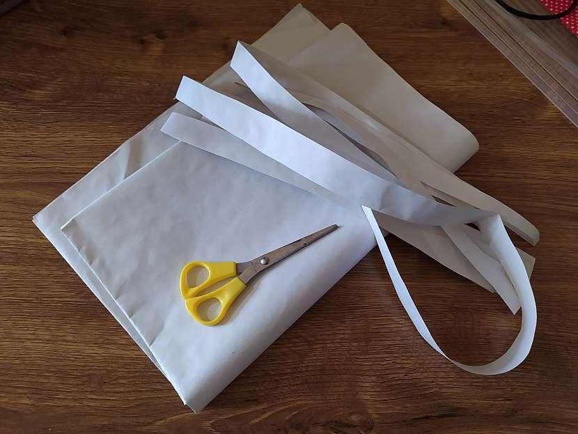 Nůžky, balicí papír a papírové pásky na dřevěném stole