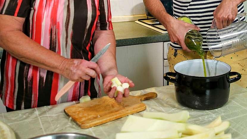Kandované ovoce z cukety: připravíme sirup, nakrájíme cuketu