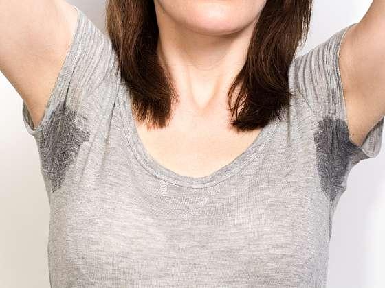 Co se žlutými skvrnami v podpaždí triček (Zdroj: Depositphotos (https://cz.depositphotos.com))