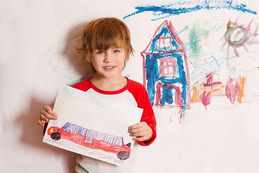 Chlapec ukazuje obrázek