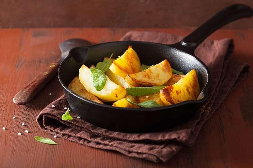 Vínem glazované brambory s bylinkami