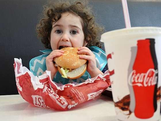 Zdravých a nezdravých tuků je kolem nás všude dost. Není těžké uhádnout, jaké obsahuje jídlo z fastfoodů (Zdroj: Depositphotos (https://cz.depositphotos.com))