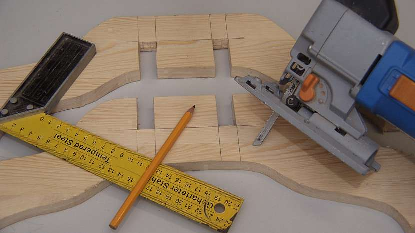 DIY stojan na stromek: šablonku okopírujeme zrcadlově na prkénko