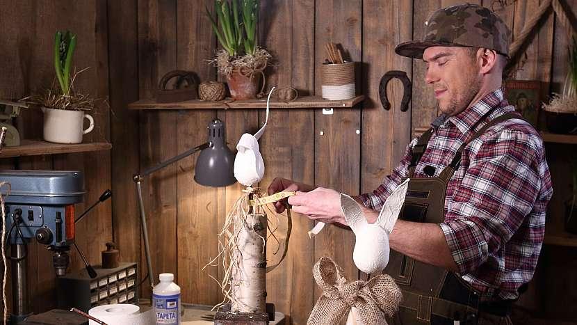 DIY dřevěný zajíc: vyrobeného zajíce dozdobíme mašlí