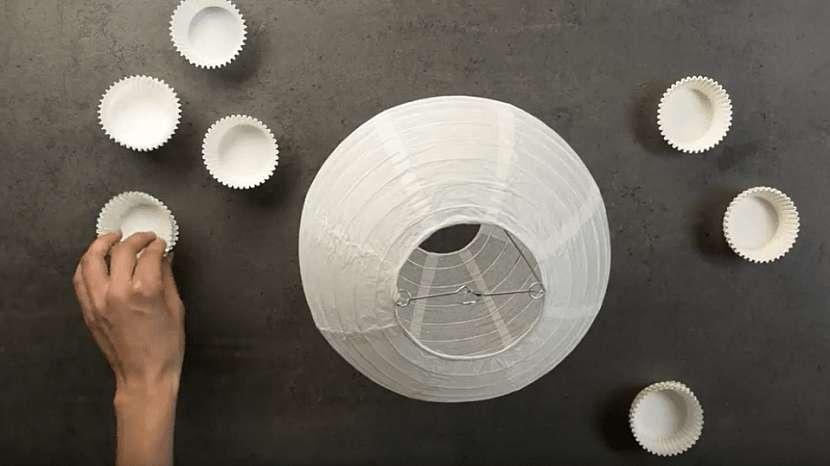 Ozdobný papírový lustr: rozvrhněte si umístění