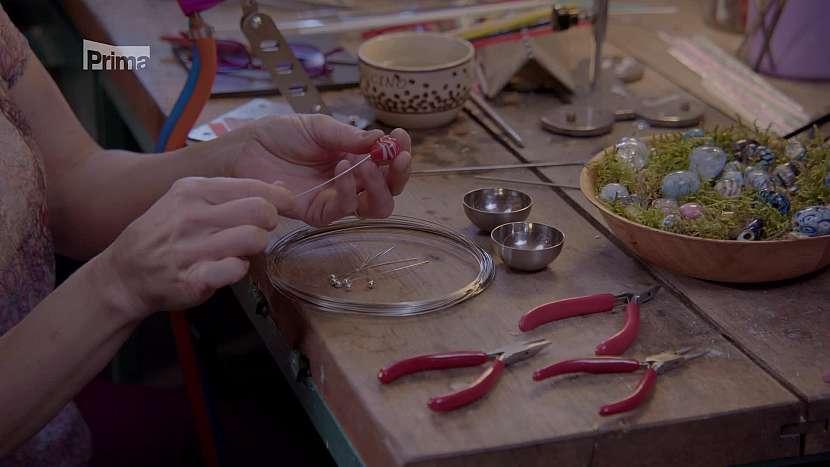 Skleněné srdíčko je navlékáno na drátěnou skruž