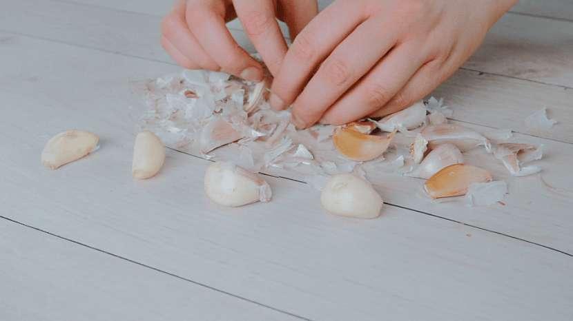 Trik, jak snadno očistit stroužky česneku