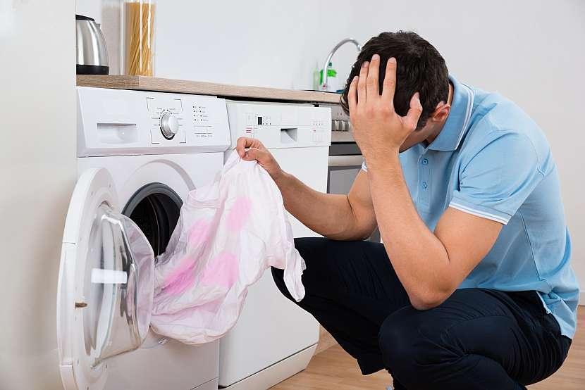 Nešťastný muž držící špinavou košili