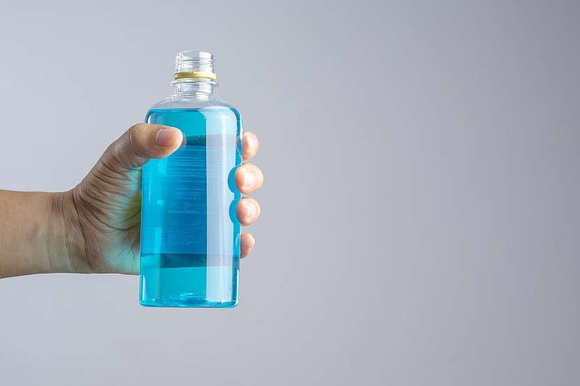 Ruka, která drží lahev s peroxidem