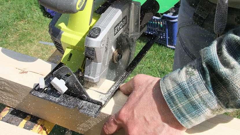 Zahradní houpačka: dřevěné hranolky naměřte a uřízněte