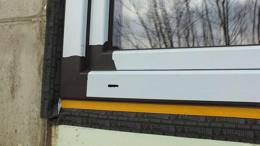 Montáž oken: venkovní pásku přilepíme stavebním lepidlem