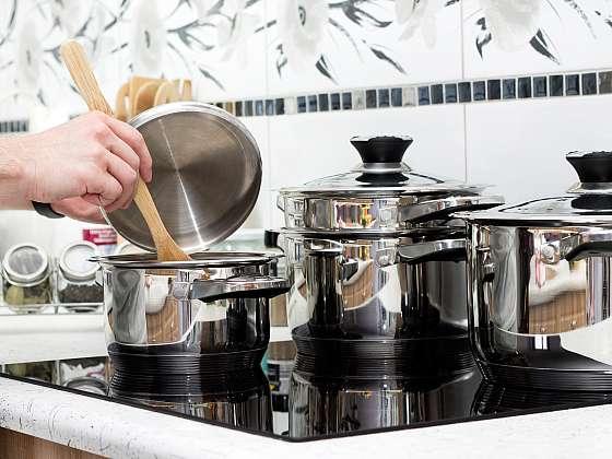 Nerezové nádobí má skvělé vlastnosti, kvůli nimž je rádi v kuchyni využíváme. Pokud však chcete, aby i po letech bylo krásné, musíte se o ně správně postarat. Jak ho vyčistit? (Zdroj: Depositphotos)