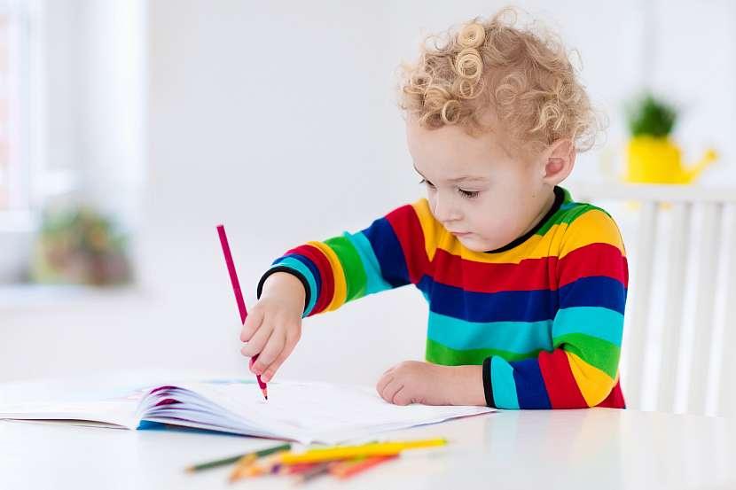 Chlapec kreslí pastelkou
