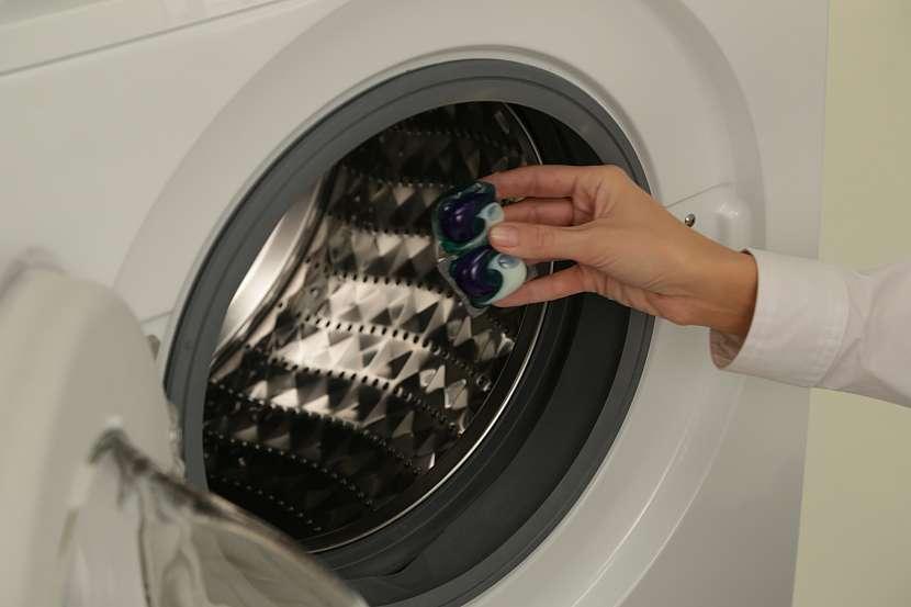 Kapsle patří pod prádlo, dozadu do bubnu pračky