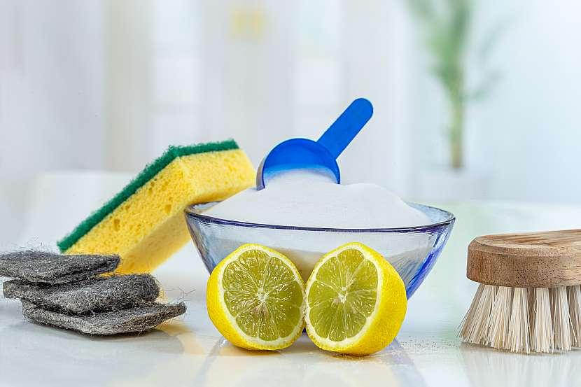 K pohlcení pachů v chladničce mnohdy postačí i běžné domácí prostředky