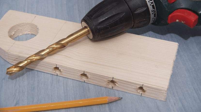 Nekonečný kalendář: vyvrtáme otvory pro tužky