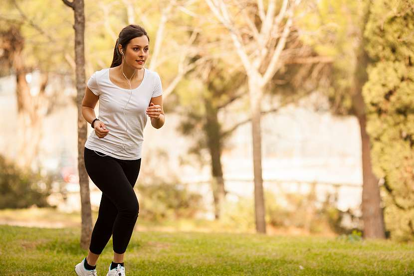 Žena běhá v parku