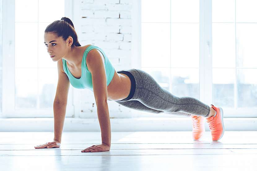 Žena cvičí kliky