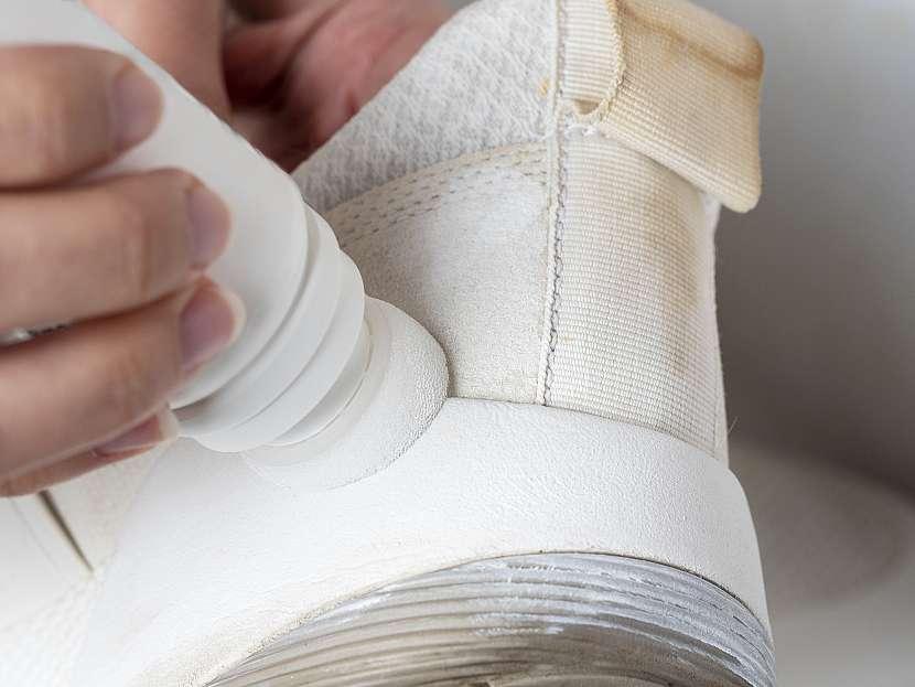 Bělení bílých plátěných tenisek