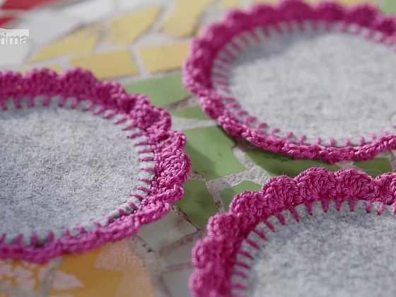 Ozdobte si filcové podtácky háčkovanou bordurou (Zdroj: Prima DOMA)