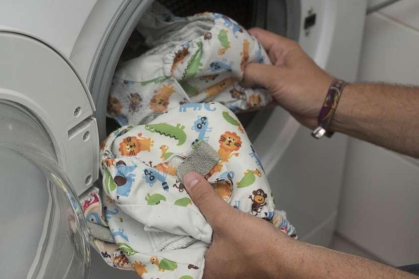 Vkládání látkových plen do pračky