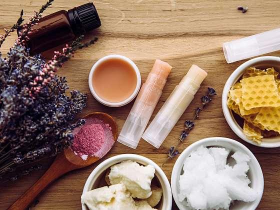Ingredience potřebné na výrobu balzámů na rty, bambucké máslo, kokosové máslo, včelí vosk, levandule a samotné balzámy (Zdroj: Depositphotos)