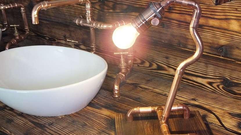 Lampička z měděných trubiček: při zapojování kabelu se vždy poradíme s elektrikářem!