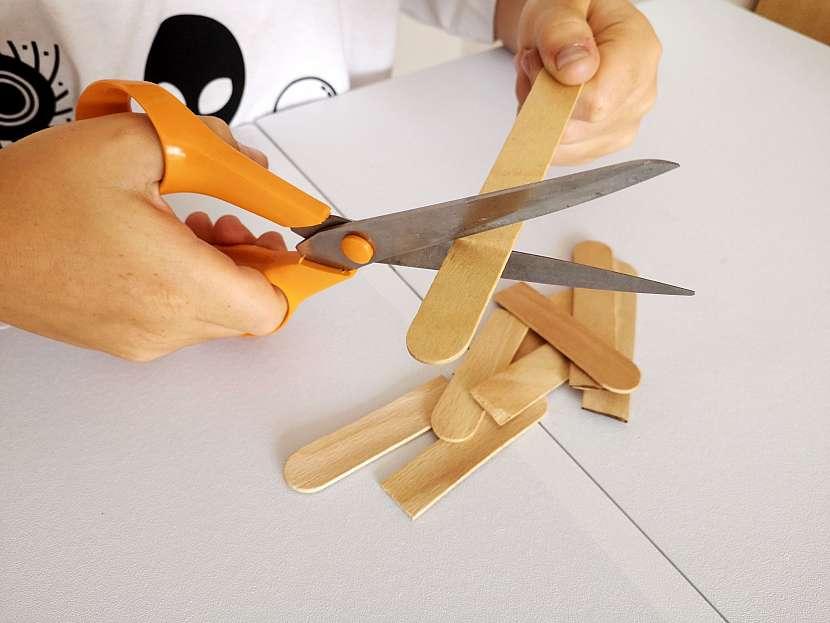 Špachtli lze stříhat nůžkami