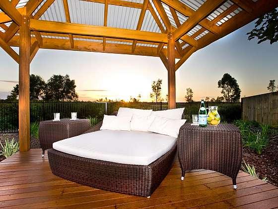 Zahradní altán se zastřešením vytváří relaxační zónu, kde vás nebudou trápit slunce ani déšť (Zdroj: depositphotos.com)