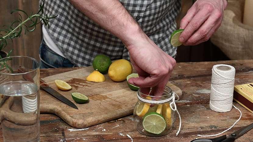 Vonná svíčka proti hmyzu: plátky citrusů vyskádáme do sklenice