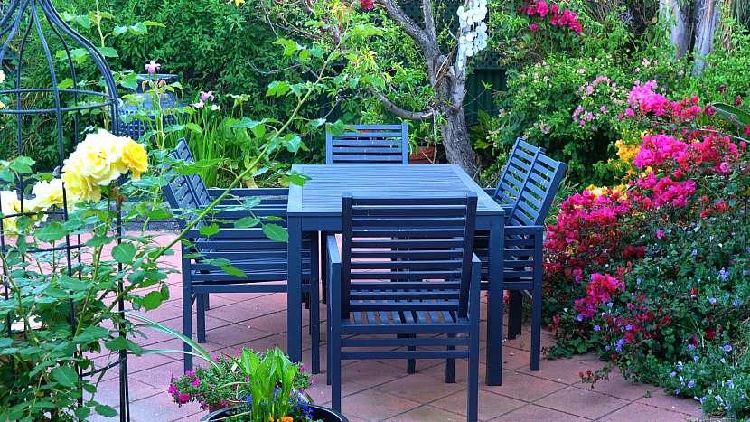 Modrý stolek s židlemi