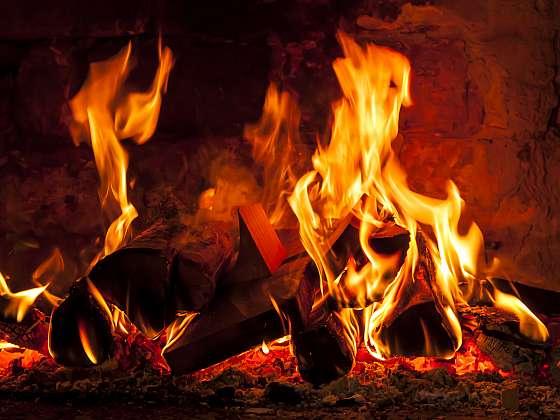 Útulné podzimní večery u praskajícího ohně: S elektrickým krbem i v bytě (Zdroj: Depositphotos (https://cz.depositphotos.com))