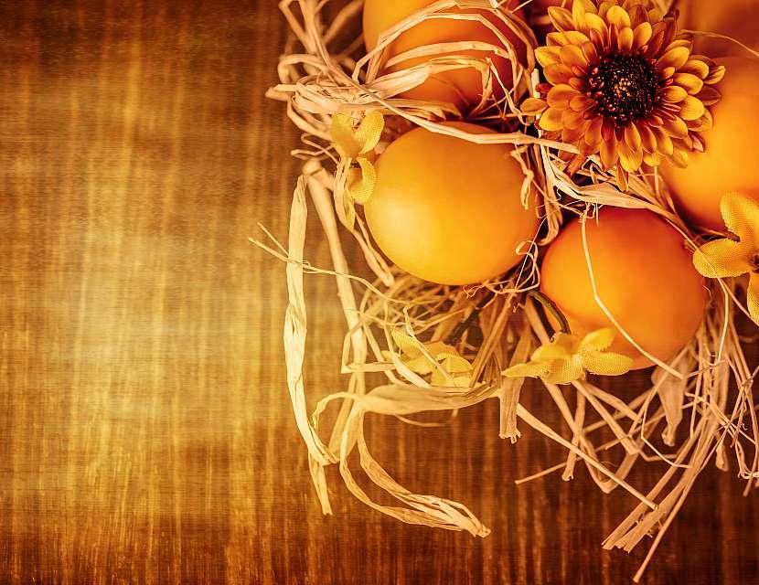 Přírodní vejce v hnízdě